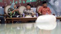 Anggota Komisi XI F-PDIP Hendrawan Supratikno (tengah) bersama Waketum Partai Gerindra Arief Poyuono (kanan) dan Pengamat Ekonomi INDEF Enny Sri Hartati (kiri) saat diskusi Dialektika Demokrasi di Jakarta, Kamis (11/10). (Liputan6.com/JohanTallo)