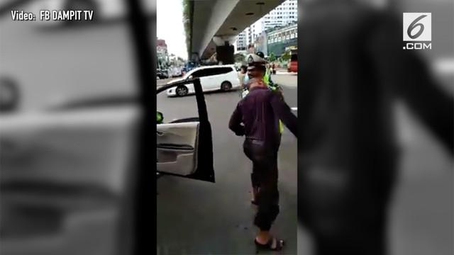 Aksi nekat pria seruduk dada polisi viral di media sosial. Kejadian ini terjadi setelah sang pria melanggar lalu lintas.
