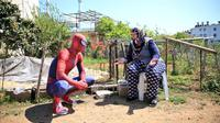 Spiderman Bagikan Sembako di Tengah Pandemi Corona di Turki. (dok.Twitter @Goodable/https://twitter.com/Goodable/status/1250981615045574656/Henry)