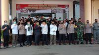 Jawara Banten Deklarasi Tolak Anarksima Demonstrasi UU Omnibus Law di Mapolda Banten. (Selasa, 20/10/2020) (Yandhi Deslatama/Liputan6.com)