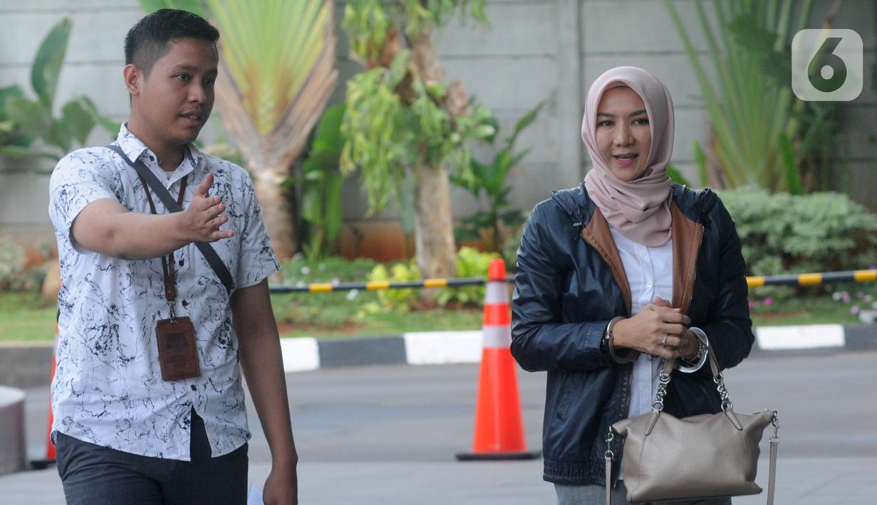 Terpidana mantan Bupati Kutai Kartanegara Rita Widyasari (kanan) tiba di Gedung KPK, Jakarta, Senin (2/12/2019). Rita akan menjalani pemeriksaan sebagai saksi atas kasus Tindak Pidana Pencucian Uang (TPPU) untuk tersangka Khairudin. (merdeka.com/Dwi Narwoko)