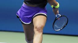 Petenis Kanada, Bianca Andreescu mengembalikan bola pukulan Serena Williams dari Amerika Serikat saat bertanding pada final tunggal putri AS Terbuka 2019 di New York (7/9/2019). Andreescu menang atas Serena 6-3, 7-5. (AP Photo/Adam Hunger)