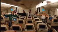 Pelajar New Zealand School of Dance mempertunjukaan tarian waiata bagi kru pesawat Singapore Airlines. (dok. Facebook New Zealand School of Dance/Dinny Mutiah)