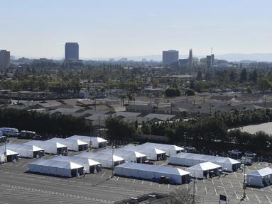 Tenda vaksinasi COVID-19 didirikan di sebelah utara tempat parkir Toy Story di Disneyland Resort di Anaheim, California, AS, Selasa (12/1/2021). Disneyland akan dialihfungsikan menjadi lokasi vaksinasi Covid-19 di Orange County, California. (Jeff Gritchen/The Orange County Register via AP)
