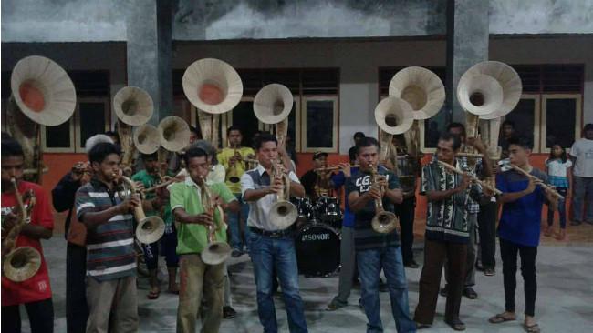 Salah satu kelompok musik bambu di Sangihe yang dilatih Agustinus Sasundu. (Liputan6.com/Yoseph Ikanubun)