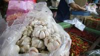 Aktivitas pedagang cabai dan bawang putih di pasar Kebayoran Lama, Jakarta, Kamis (6/2/2020). Harga cabai dan bawang putih mengalami kenaikan hingga mencapai dua kali lipat akibat musim hujan. (Liputan6.com/Angga Yuniar)