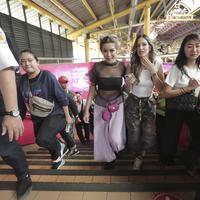 Nia Ramadhani bersama Jessica Iskandar saat meliput promo Akhir Kisah Cinta Si Doel di KRL Jakarta Bogor