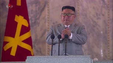 Kim Jong-un menangis terharu dalam parade militer yang menampilkan rudal baru Korea Utara pada 10 Oktober 2020 (AFP)