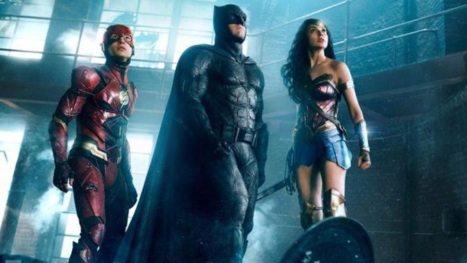 Rilis foto baru, yuk intip bersatunya Wonder Woman, Batman dan The Flash di film Justice League. (Via: Entertainment Weekly)