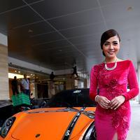 Ketika kecantikan abadi Bella Shofie dipadu dengan mobil mewah. (Wimbarsana/Bintang.com)