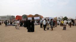 Sejumlah truk membawa bantuan selimut dan alas tidur dari Komisaris Tinggi PBB untuk Pengungsi (UNHCR) di kota pesisir Hodeidah, Yaman (11/4). (AFP Photo/Abdo Hyder)