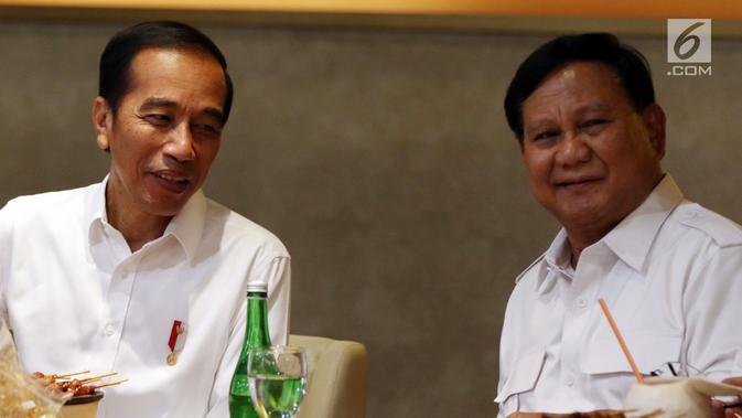 Senyum Presiden terpilih Joko Widodo atau Jokowi (kiri) dan Ketua Umum Partai Gerindra Prabowo Subianto berbincang saat makan bersama di FX Sudirman, Jakarta, Sabtu (13/7/2019). Kedatangan Jokowi dan Prabowo sontak membuat pengunjung FX Sudirman kaget dan bersorak sorai. (Liputan6.com/JohanTallo)