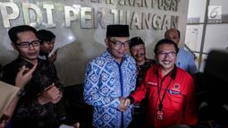 Walikota Bandung Ridwan Kamil berjabat tangan dengan Ketua Bappilu PDIP Bambang DH usai melukan pertemuan tertutup di DPP PDIP, Jakarta, Rabu (3/1). Dalam kedatangannya, Emil mengaku meminta masukan dalam memajukan Jawa Barat. (Liputan6.com/Faizal Fanani)