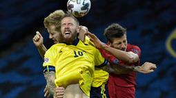 Gelandang timnas Swedia, Emil Forsberg berebut bola dengan pemain timnas Portugal, Pontus Jansson dan Ruben Dias pada laga UEFA Nations League A Group 3 di Friends Arena, Selasa (8/9/2020). Portugal kalahkan Swedia 2-0 lewat sepasang gol yang dicetak Cristiano Ronaldo (Janerik Henriksson /TT via AP)