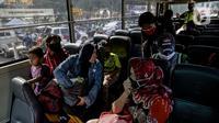Penumpang yang terjaring razia travel gelap Ditlantas Polda Metro Jaya dipulangkan ke daerah asalnya, Jakarta, Kamis (29/4/2021). Sebanyak 115 kendaraan travel gelap diamankan karena diduga kuat mengangkut pemudik di tengah masa pengetatan larangan mudik 2021. (Liputan6.com/Faizal Fanani)