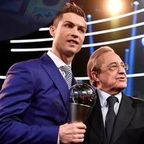 Striker Real Madrid Cristiano Ronaldo (kiri) dan Presiden Florentino Perez (kanan). (AFP/Fabrice Coffrini)