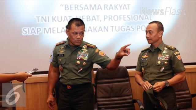 Panglima TNI Jenderal TNI Gatot Nurmantyo didampingi Kasad Jenderal TNI Mulyono, mengecek langsung server dan kabel fiber optik bawah laut milik perusahaan telekomunikasi asal Malaysia PT Sacofa