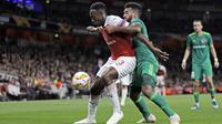 Striker Arsenal, Danny Welbeck, berebut bola dengan pemain Vorskla, Artur, pada laga Liga Europa di Stadion Emirates, London, Kamis (20/9/2018). Arsenal menang 4-2 atas Vorskla. (AP/Kirsty Wigglesworth)