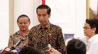 Presiden Joko Widodo menjawab pertanyaan wartawan usai menggelar pertemuan dengan Dubes RI untuk Brasil Toto Riyanto dan Menlu Retno LP Marsudi di Istana Merdeka, Jakarta, Selasa (24/2/2015). (Liputan6.com/Faizal Fanani)