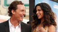 Aktor Matthew McConaughey dan istrinya, Camila Alves. (popsugar)