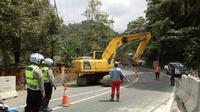 Pengerjaan jalur Puncak menggunakan alat berat, Jumat (30/3/2018). (Liputan6.com/Achmad Sudarno)