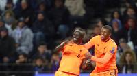 Pemain Liverpool, Sadio Mane dan Georginio Wijnaldum berselebrasi setelah mencetak gol ke gawang FC Porto dalam leg pertama babak 16 besar Liga Champions di Stadion Do Dragao, Kamis (15/2). Terbantu hat-trick Mane, Liverpool menang 5-0. (AP/Luis Vieira)