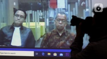 Layar memperlihatkan mantan Direktur Utama PT Garuda Indonesia Emirsyah Satar saat menjalai sidang tuntutan secara vidco, Gedung KPK, Jakarta, Kamis (23/4/2020). Emirsyah Satar menjalani sidang tuntutan dugaan suap pengadaan mesin Rolls-Royce PLC untuk Garuda Indonesia. (merdeka.com/Dwi Narwoko)