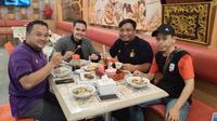 Manajer Persik Beny Kurniawan menjamu perwakilan manajemen dan suporter Persik di Palembang. (Bola.com/Gatot Susetyo)