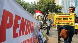 Sejumlah karyawan pensiunan PT Pupuk Kaltim menggelar unjuk rasa di depan Kantor KPW Pupuk Kalitim di Jakarta, Selasa (31/7). Saat ini 1.332 peserta Dana Pensiun PT Pupuk Kaltim resah gara-gara dugaan penyelewengan dana pensiun. (Merdeka.com/Dwi Narwoko)