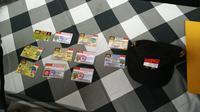 Polisi membeberkan berbagai kartu identitas yang dikeluarkan oleh Negara Kekaisaran Sunda Nusantara. (Foto: Istimewa)