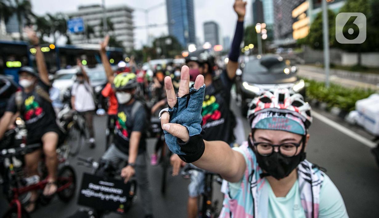 """Peserta bersepeda saat melakukan aksi unjuk rasa bertajuk """"'Gowes for Democracy #SaveMyanmar"""" di kawasan Bundaran HI, Jakarta, Sabtu (17/4/2021). Aksi tersebut sebagai bentuk mengecam kudeta ilegal dan menuntut agar militer Myanmar (Tatmadaw) segera mengakhiri kekerasan. (Liputan6.com/Faizal Fanani)"""