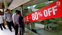 Para pengunjung saat berburu diskon besar-besaran di Lotus Department Store, Jl Thamrin, Jakarta, Rabu (25/10). Diskon tersebut untuk mengakhiri beroperasinya Lotus akhir bulan ini. (Liputan6.com/Angga Yuniar)