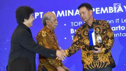 Direktur Keuangan Askrindo Syariah, Subagio Istiatno (kanan) menerima penghargaan TOP IT & TELCO 2018 di Jakarta, Kamis (6/12). Penghargaan diberikan kepada institusi yang berhasil meningkatkan kinerja, daya saing dan pelayanan. (Liputan6.com/HO/Iqbal)