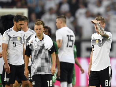 Para pemain Jerman tampak kecewa usai laga melawan Arab Saudi pada laga uji coba di Stadion BayArena, Jumat (8/6/2018). Jerman menang 2-1 atas Arab Saudi. (AP/Martin Meissner)