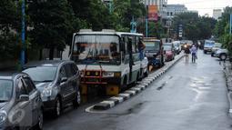 Sejumlah kendaraan terlihat antre untuk bisa melintasi ruas Jalan Kemang Raya, Minggu (28/8). Penutupan terkait proses pengeringan lokasi parkir bawah tanah pertokoan akibat banjir yang terjadi sejak Sabtu malam (27/8). (Liputan6.com/Helmi Fithriansyah)