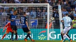 Proses terjadinya gol gelandang Lazio, Adam Marusic, ke gawang Inter Milan pada laga Serie A Italia di Stadion Olimpico, Roma, Minggu (20/5/2018). Lazio kalah 2-3 dari Inter. (AP/Angelo Carconi)