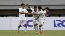 Striker Timnas Iran U-19, Ali Sobhani, merayakan gol yang dicetaknya ke gawang Timnas Indonesia U-19 pada laga uji coba di Stadion Patriot Chandrabhaga, Bekasi, Sabtu (7/9). Indonesia kalah 2-4 atas Iran. (Bola.com/Yoppy Renato)