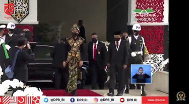 Jokowi menggunakan baju adat NTT saat menghadiri Sidang Tahunan MPR.