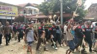 Suasana rebutan jembul (rambut) sebagai manifestasi rambut Ratu Kalinyamat. (foto : Liputan6.com/edhie prayitno ige)
