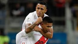 Gelandang timnas Peru, Edison Flores (bawah) berselebrasi dengan rekannya, Victor Yotun setelah mencetak gol ke gawang Cile pada semifinal Copa America 2019 di Arena do Gremio, Kamis (4/7/2019) pagi. Peru lolos ke final Copa America 2019 setelah mengalahkan Cile dengan skor 3-0 (AP/Andre Penner)
