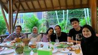 Dul Jaelani dengan keluarga Tissa Biani (Sumber: Instagram/jaelanian.id/)