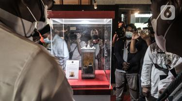 Pengunjung mengamati salah satu artefak atau peninggalan Nabi Muhammad SAW beserta Para Sahabat yang dipamerkan di Jakarta Islamic Centre (JIC), Jumat (23/4/2021). JIC menggelar pameran yang menampilkan artefak atau benda peninggalan Nabi Muhammad SAW dan Para Sahabat. (merdeka.com/Iqbal S Nugroho)