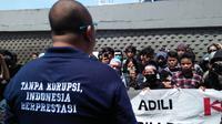 Kepala Seksi Penerangan Hukum Kejati Sulsel, Salahuddin tampak menerima aspirasi para pengunjuk rasa yang berdemo di hari anti korupsi sedunia tahun 2018 (Liputan6.com/ Eka Hakim)