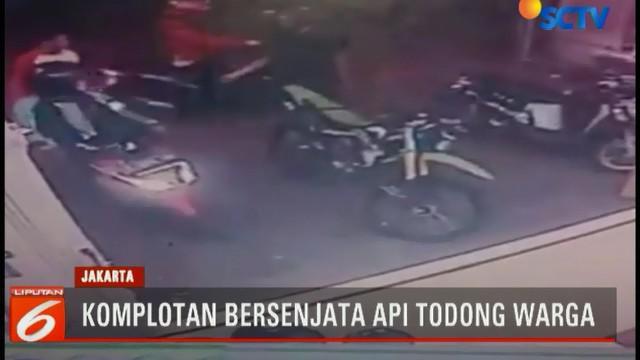 Aksi pencurian sepeda motor oleh komplotan pencuri bersenjata api di Taman Sari, Jakarta Barat, terekam kamera pengawas.