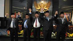 Ketua DPRD DKI Prasetyo Edi Marsudi dan empat orang Wakil Ketua DPRD, M. Taufik, Triwisaksana, Lulung Abraham Lunggana dan Ferriyal Sofyan  berfoto bersama, Jakarta. (Liputan6.com/Herman Zakharia)