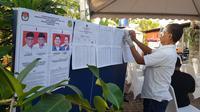 Petugas KPPS di TPS lokasi Bobby Nasution nyoblos