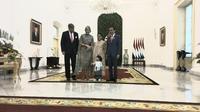 Sedah Mirah mengenakan kebaya bewarna putih dan kain batik ikut menyambut Raja dan Ratu Belanda dari halaman Istana Bogor. (Liputan6/Lizsa Egeham)