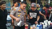 Kapolresta Cirebon AKBD Roland Ronaldy ikut nyeduh kopi bersama salah seorang barista aksi solidaritas pegiat kopi Cirebon terhadap tindakan premanisme yang mengganggu usaha kedai kopi. Foto (Liputan6.com / Panji Prayitno)