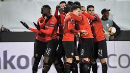 Perayaan gol pertama Rennes pada leg 1, babak 16 besar Liga Europa yang berlangsung di Stadion Roazhon Park, Rennes, Jumat (8/3). Arsenal kalah 1-3 kontra Rennes. (AFP/Lioc Venance)