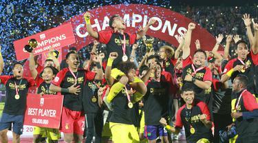 Para pemain Persik Kediri merayakan gelar juara Liga 2 2019 setelah mengalahkan Persita Tangerang pada laga final di Stadion Kapten I Wayan Dipta, Bali, Senin (25/11), Persik menang 3-2 atas Persita. (Bola.com/Gatot Susetyo)